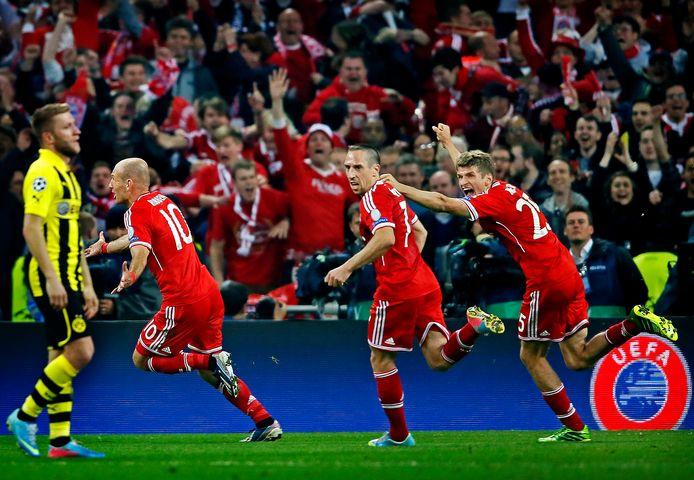 Arjen Robben wordt na zijn winnende goal bejubeld door Franck Ribery en Thomas Müller.