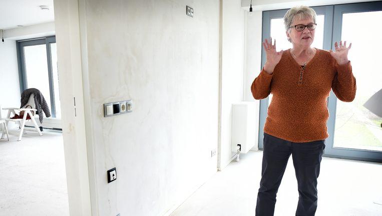 Anke Schuurink in een van de eerste Vivalib-woningen van Nederland. Ze trekt er half april in. Beeld Marcel van den Bergh / de Volkskrant