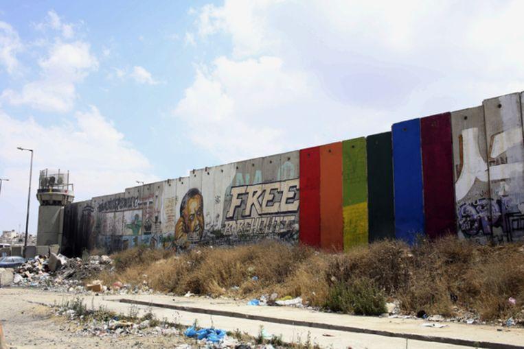 Regenboogpanelen van de hand van de Palestijnse kunstenaar Khaled Jarrar op de muur die de Westoever van Israël scheidt. Beeld Khaled Jarrar / AP