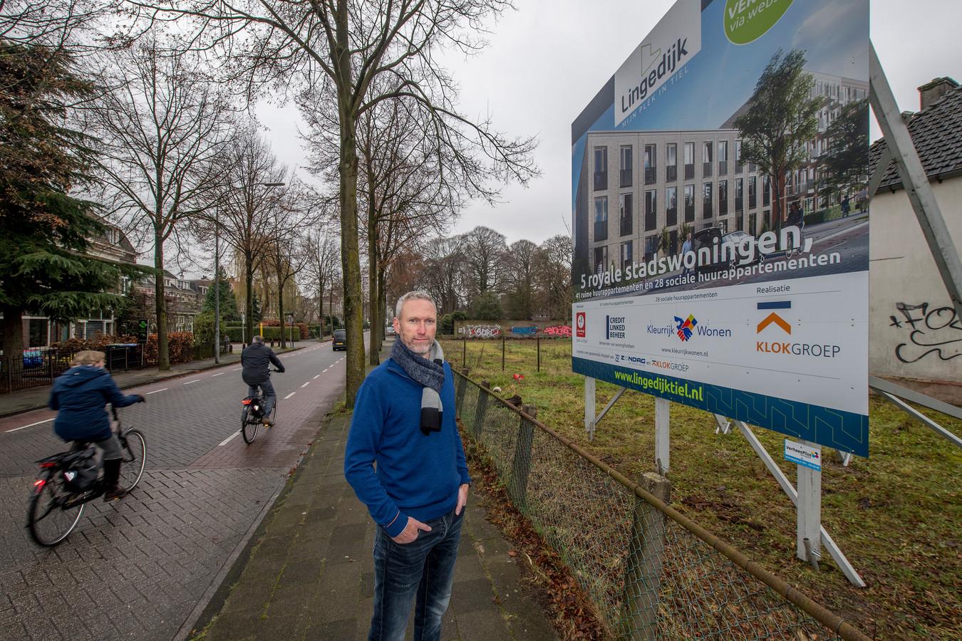 Michiel Commandeur, bewoner van de Lingedijk, snapt niet dat deze woningen (zie bord) gebouwd gaan worden op het braakliggende terrein in zijn straat.