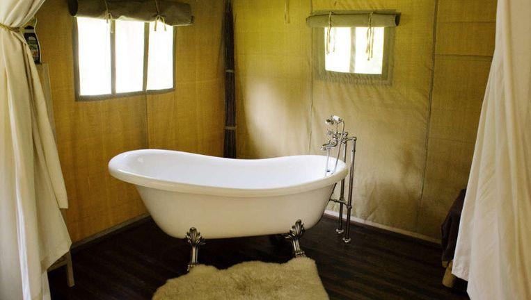 De elf beige safaritenten op de Veluwse camping De Hertshoorn zijn ruim en voorzien van vele gemakken. Er staat zelfs een ligbad. ©Rob Huibers Beeld