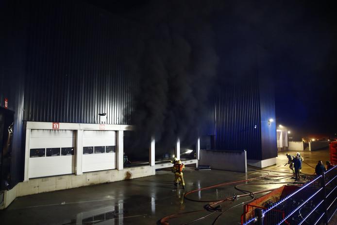 De rook slaat uit het pand van Stella Fietsen in Nunspeet.