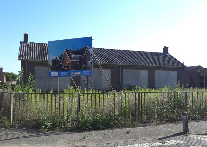 Het verwaarloosde schoolgebouwtje in Gameren op de hoek Schoolstraat-Ouwelsestraat