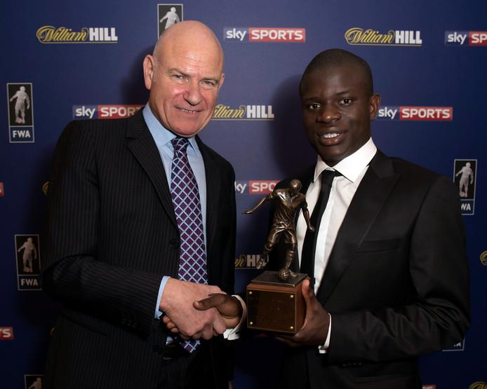 Kanté neemt zijn trofee in ontvangst.