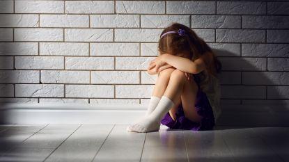 Stiefopa misbruikt kleindochter op kerstavond. Als zij haar verhaal doet, komen zijn andere slachtoffers naar voren