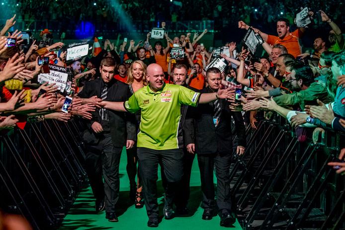 ROTTERDAM - Michael van Gerwen  tijdens zijn partij tegen Phil Taylor  tijdens de Premier League Darts in Ahoy. copyright robin utrecht