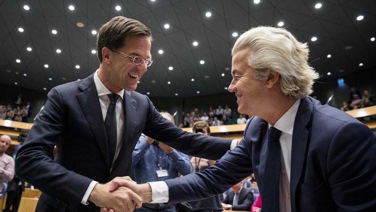 Mark Rutte schudt de hand van Geert Wilders aan de start van de Algemene Politieke Beschouwingen. Beeld null