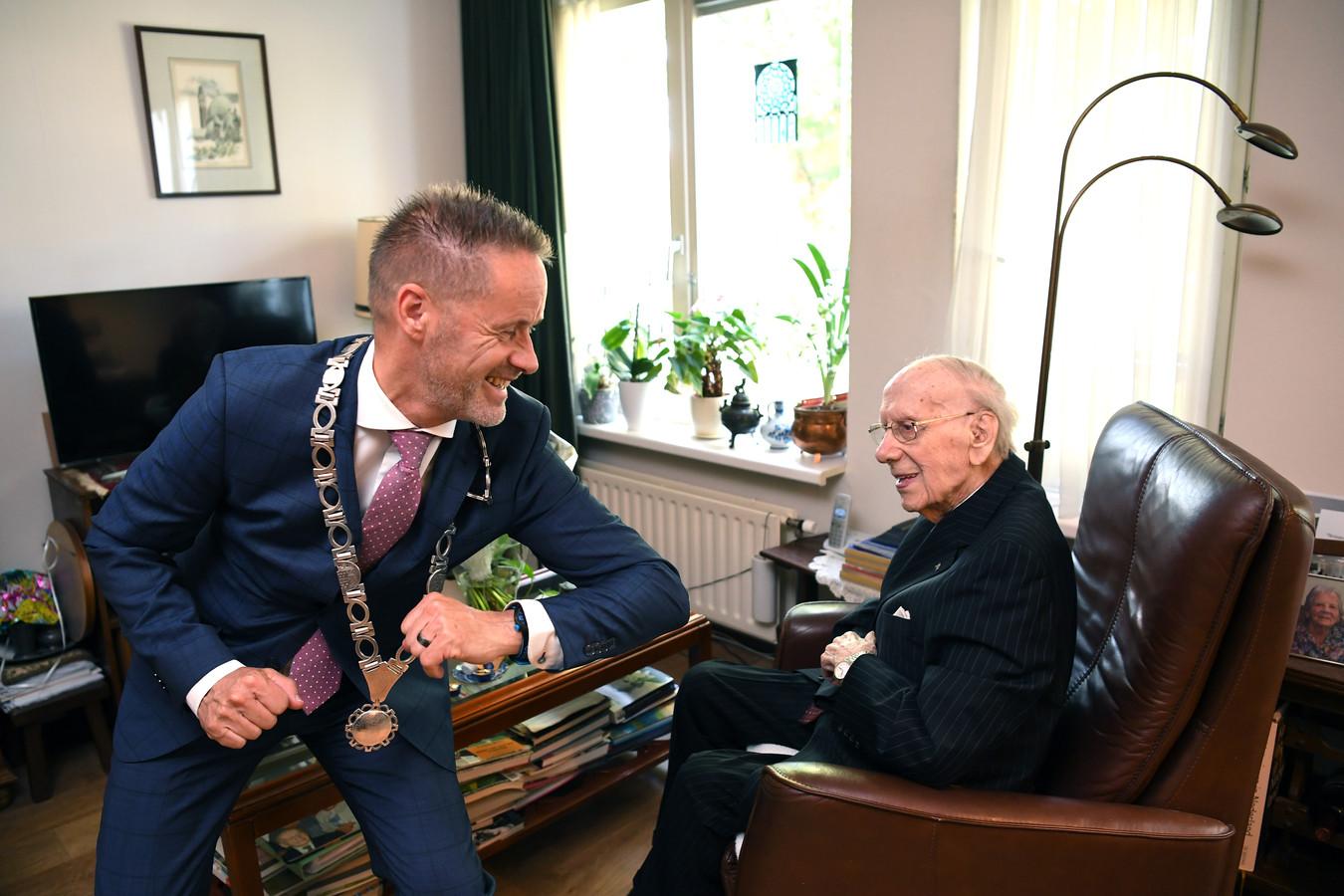 Loco-burgemeester John van den Hoven feliciteert Harrie van Oudheusden met zijn bijzondere verjaardag.