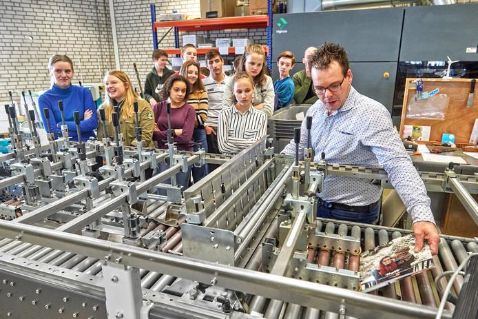 Leerlingen van het TBL te Oss tijdens de rondleiding bij drukkerij Wihabo te Geffen.