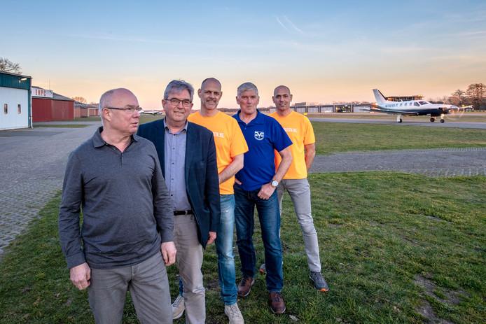 Op de foto van links naar rechts: Lud Kessel (AVO), Jan Voeten (luchthavendirecteur), Ronald Hoendervangers (team Midsummerrun), Ton Gommers (AVO) en Arjan Laseroms (team Midsummerrun).