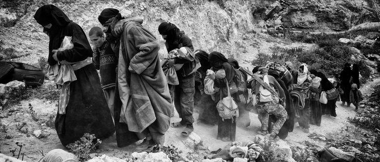 Na wekenlange bombardementen en gevechten stroomt de stad leeg, een exodus van IS aanhangers, ongeveer 60.000 uitgehongerde en mensen verlaten de stad, waarvan het grootste deel in AL Hol kamp terechtkomt. De originele bevolking was al eerder gevlucht.  Beeld Eddy van Wessel