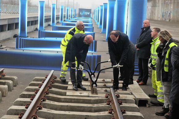Premier Charles Michel en federaal minister van Mobiliteit François Bellot (MR) gaven een jaar geleden nog de symbolische start van de werken op lijn 124.