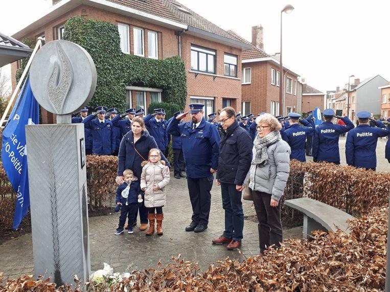 Johan en Nelly van Nieuwenhuysen leggen bloemen neer aan het herdenkingsmonument voor hun dochter Kitty.