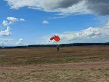 Ede hijst de Airbornevlag terwijl para's landen