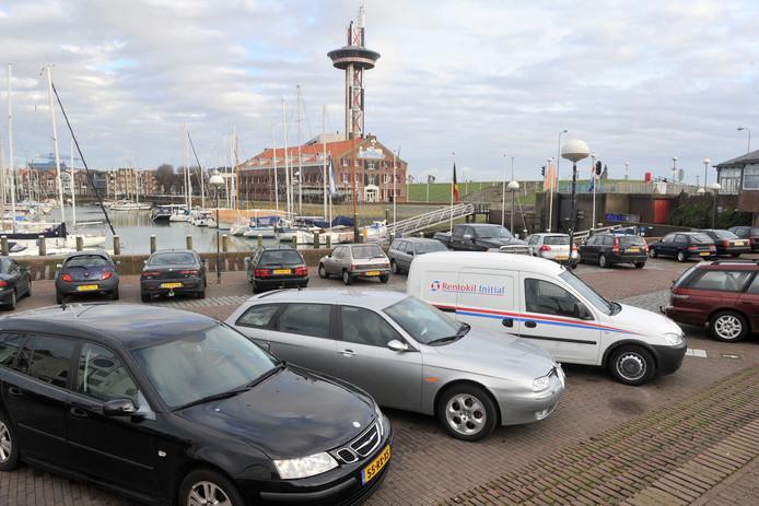 Parkeren moet in Vlissingen - hier op het De Ruyterplein - in de nabije toekomst makkelijker kunnen, onder meer door gebruik van apps op een smartphone.