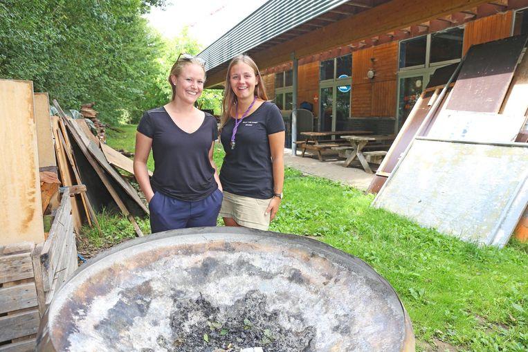 Kookouder Selina Robyns en leidster Kirsten Coulommier bij de vuurkorf die gebruikt zal worden voor het kampvuur.