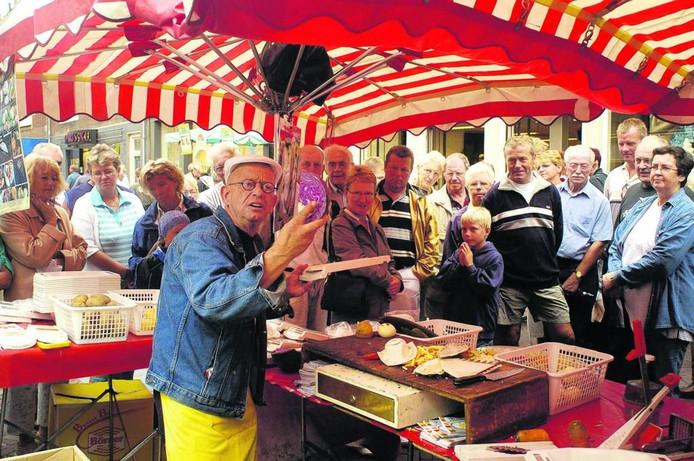 Standwerker Bertus de Regt in zijn element op de markt (in 2004).