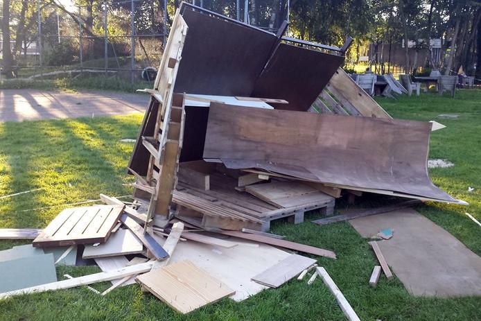 Vandalen hebben het bouwhuttendorp van Smileyveld Stroinkslanden vernield.
