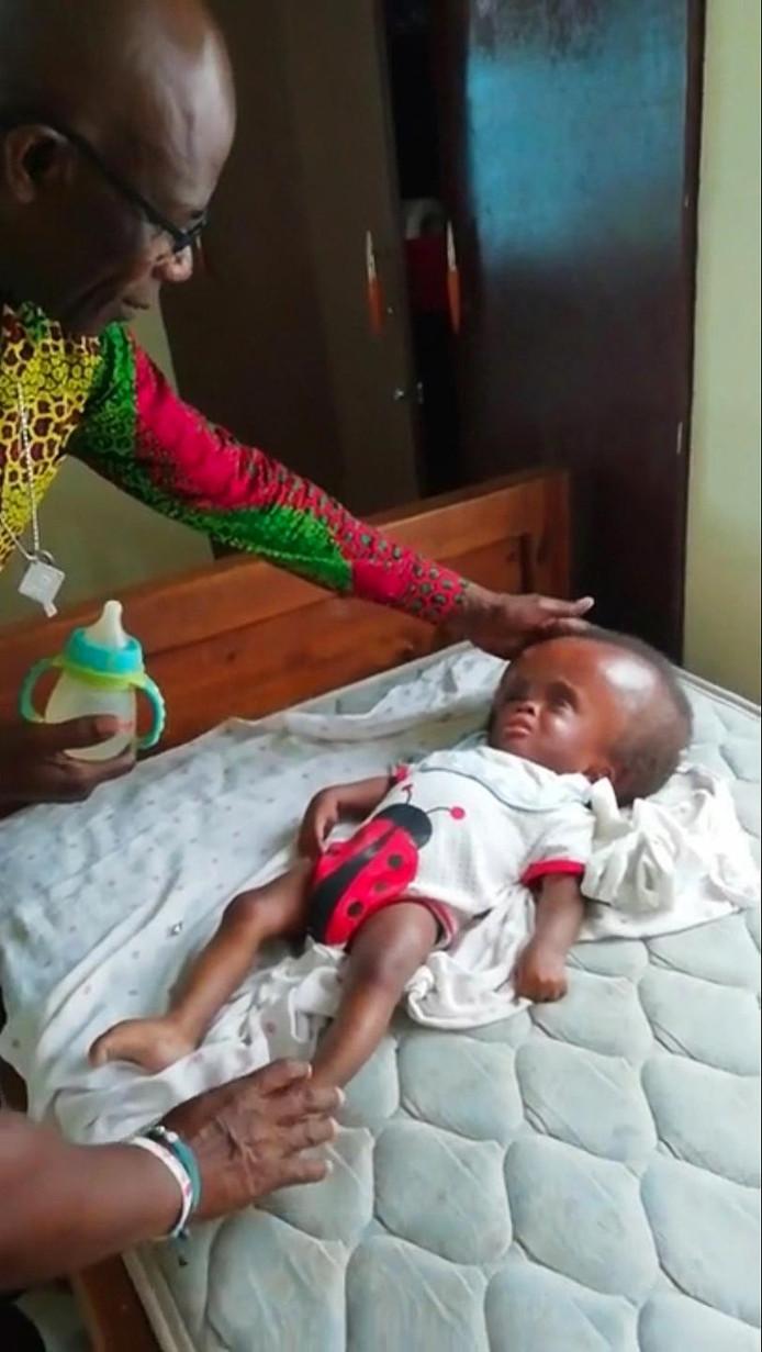 Beeld uit het filmpje van Stephen Oduro in een weeshuis in Ghana, eind 2018, waar hij MMS bereidt en verstrekt aan de kinderen
