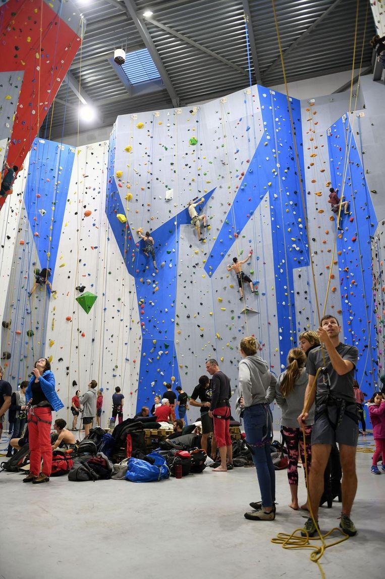 De nieuwe klimzaal heeft liefst 64 touwen in de aanbieding, en die werden gisteren meteen gretig gebruikt.