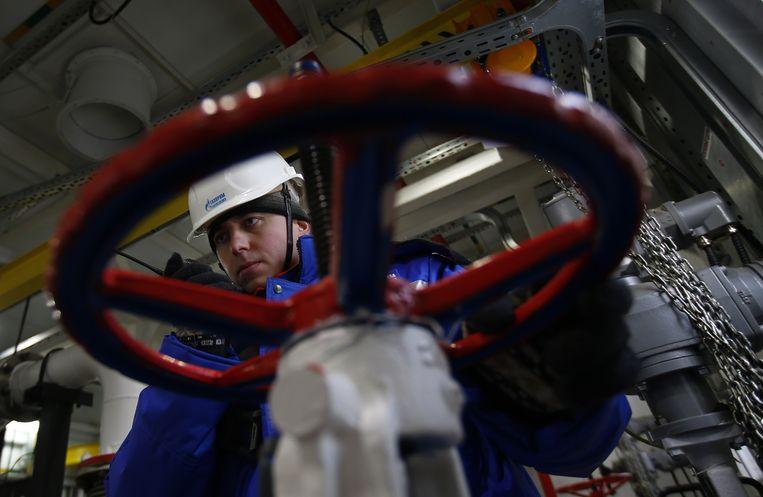 Een medewerker van de Russische gasgigant Gazprom aan het werk.