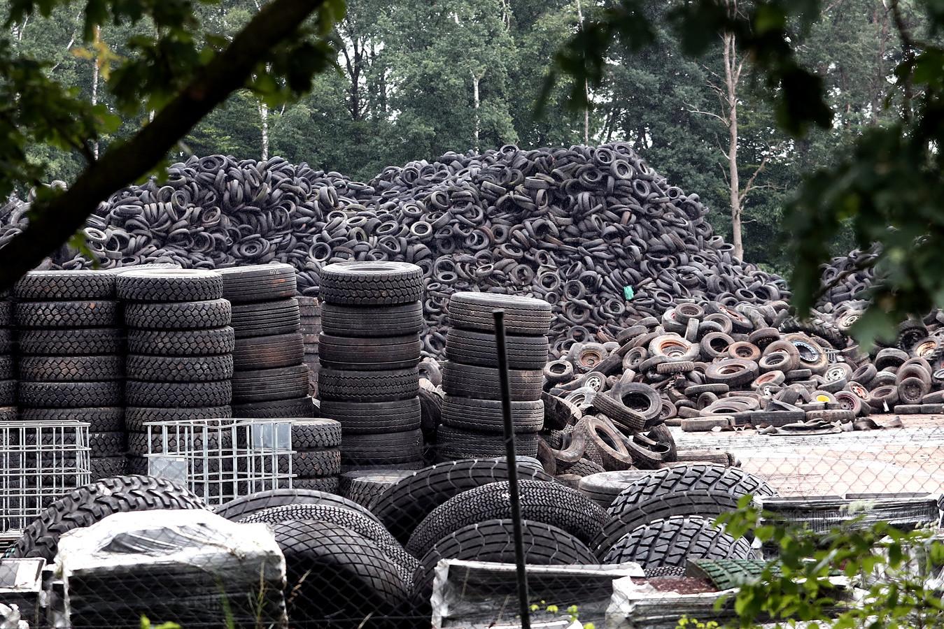 Inwoners van Almen maken zich zorgen over de gevolgen van een brand bij bandenrecyclingbedrijf Doornberg in Almen.