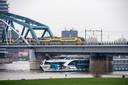 Passagiersschip Edelweiss ligt de hele ochtend tegen een van de peilers van de Nijmeegse spoorbrug aangeplakt nadat het afgelopen nacht in aanvaring is gekomen met een vrachtschip.