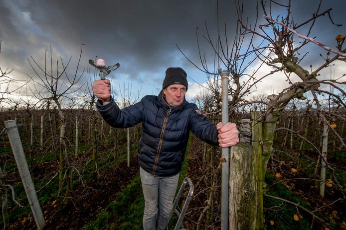 Fruitteler Bert den Haan is het slachtoffer geworden van diefstal. Ruim 50 sproeikoppen zijn uit zijn boomgaard verdwenen.
