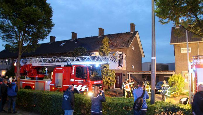De dakpannen zijn bij de explosie van het dak gevlogen