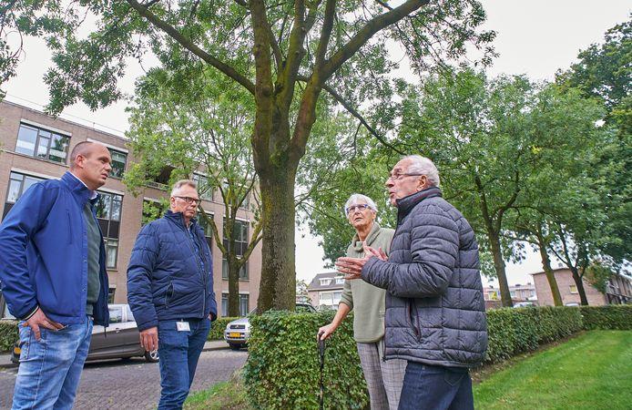 Overleg over de essen aan de Kuipers Rietbergstraat met v.l.n.r. Menno Bovens (gebiedsbeheerder), Jos van de Biggelaar (opzichter), Greet van Dam en André Rijpert (oud- hoofd groenzaken).
