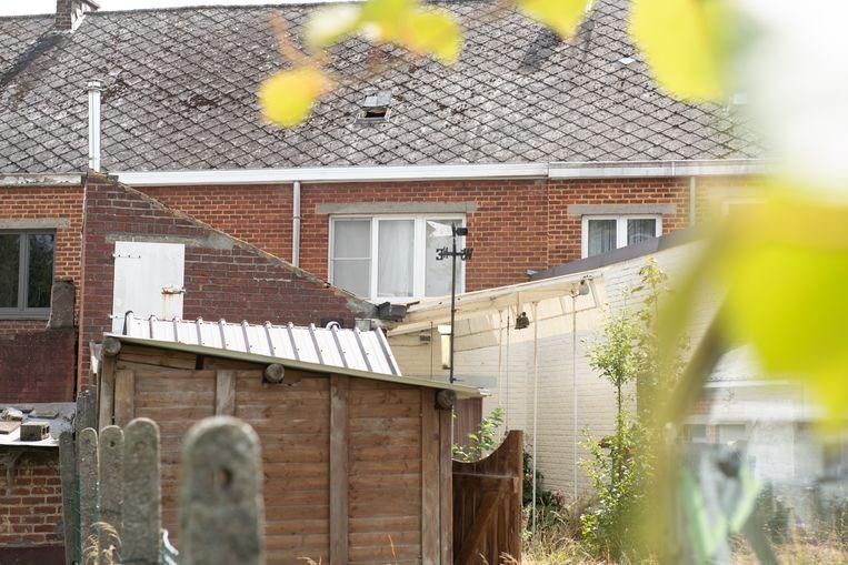 De woning aan de achterkant. Volgens buren bleef het zoldervenstertje altijd open.