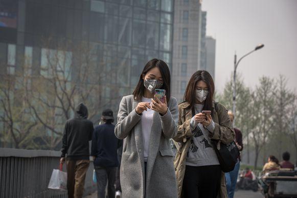 Vrouwen dragen beschermende maskers tijdens een slechte dag begin vorige maand in Peking, China.