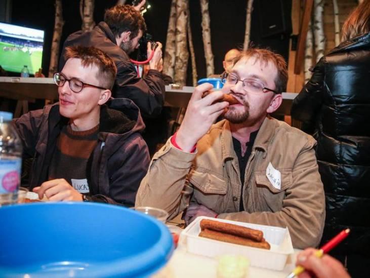 Wereldrecord frikandellen eten: snel starten, niet schrokken