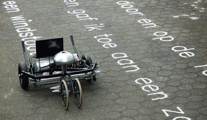 De 'Skryf', een ingenieus apparaat, maakte eerder op de Deventer Boekenmarkt dichtregels zichtbaar in zand.