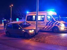 Auto ramt lantaarnpaal, bestuurder naar ziekenhuis