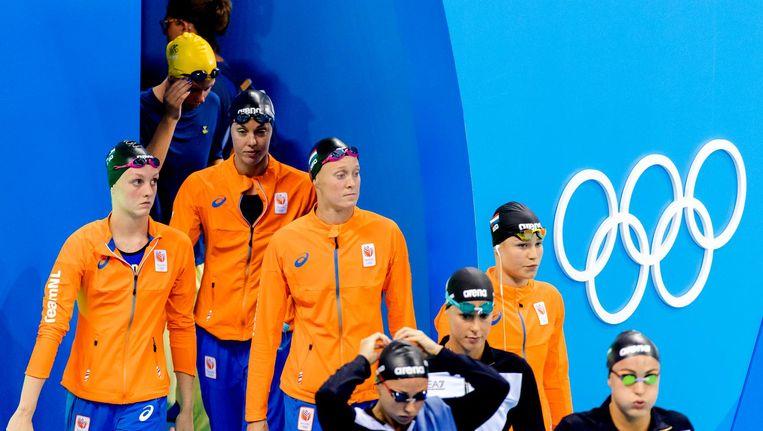 Inge Dekker, Marrit Steenbergen, Maud van der Meer en Femke Heemskerk voorafgaande aan de series van de 4x100 meter vrije slag Beeld anp