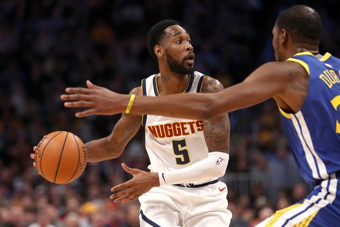 Will Barton van Denver Nuggets probeert een blok van Kevin Durant (Golden State Warriors) te omzeilen.