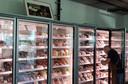 Boven de vleesvitrine in de winkel van Spierings hangt een foto uit de oude doos, van Cors vader Jan Spierings, met een MRIJ-stier.