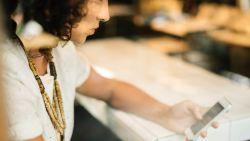 Je mails checken na het werk? Dat is niet alleen slecht voor je gezondheid maar ook voor je relatie