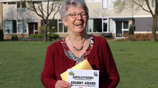 Oma Willemien uit Doetinchem neemt de nominatie voor de Granny Award met een gulle lach in ontvangst.