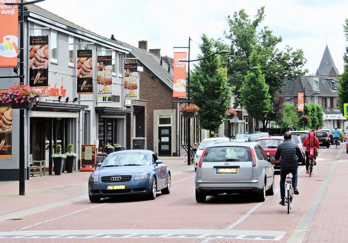 Het centrum van Heeze is een lang lint door het dorp. Dit deel is de Kapelstraat.