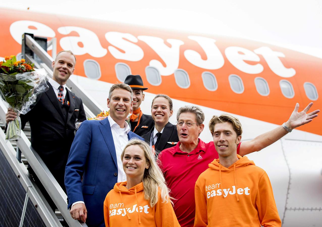 William Vet van easyJet, Irene Schouten,  Jillert Anema en Jorrit Bergsma van schaatsteam Jillert Anema poseert voor de pers op luchthaven Schiphol.