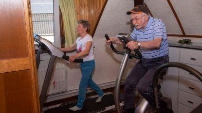 """Door de lockdown zitten René (82) en Laura (80) net niet aan hun 2 miljoen zwemmeters: """"Dan maar even de loopband en hometrainer tot we weer het water in kunnen!"""""""