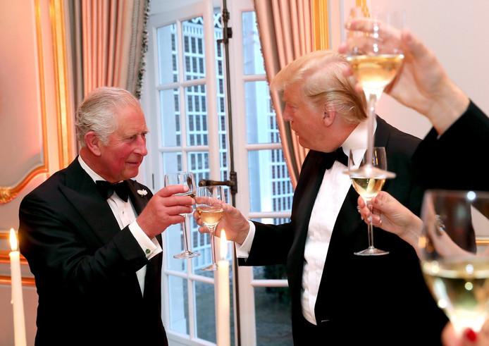 Donald Trump trinque avec le prince Charles, le 4 juin 2019.