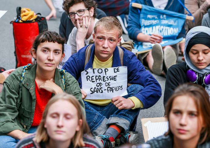 Demonstratie tegen de opsluiting van het Servische Roma-gezin in Steenokkerzeel.  'Stop de onderdrukking van de mensen zonder papieren.'