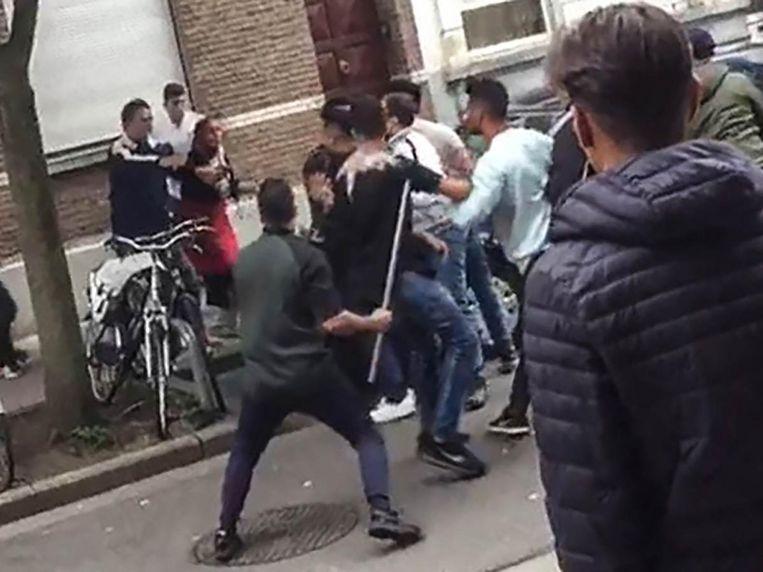 Een beeld uit het filmpje van de vechtpartij op het Kiel. Eén belager houdt duidelijk een grote ijzeren staaf vast.
