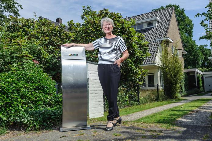 Hiske Loomans heeft na drie jaar speuren haar gestolen brievenbus terug. Foto: Christian van der Meij