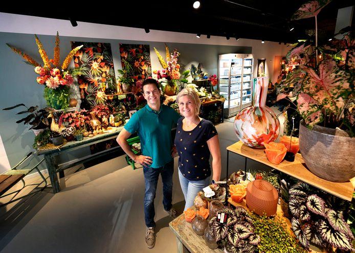 Daan en Erica van Dorenmalen in hun net geopende nieuwe bloemenzaak Bloem.