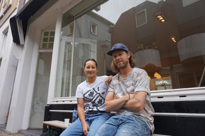 Jody en Stan voor Don's Noodle Shop, ze zijn nog druk bezig met verbouwen.
