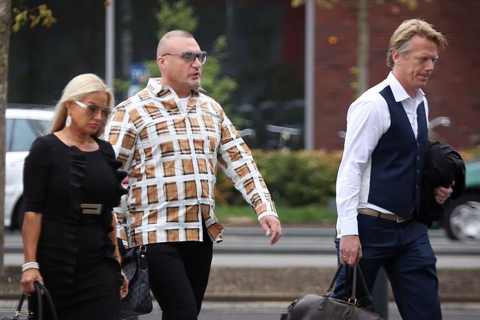 Klaas Otto (m) ariveert bij de rechtbank voor de inhoudelijke behandeling van de strafzaak tegen hem. Volgens justitie zou hij onder meer opdracht hebben gegeven voor het in brand steken van het huis van Jack J., die nu zelf in Spanje is opgepakt.